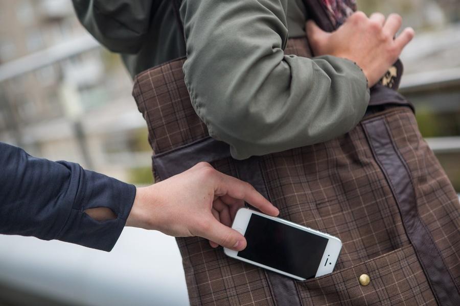 Что делать, если у ребенка украли телефон в школе